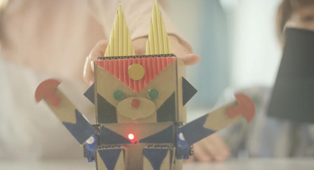ダンボールで出来ているプログラミングロボット「embot」を予約してみた!
